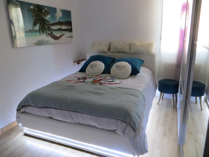 Room in Six fours les plages