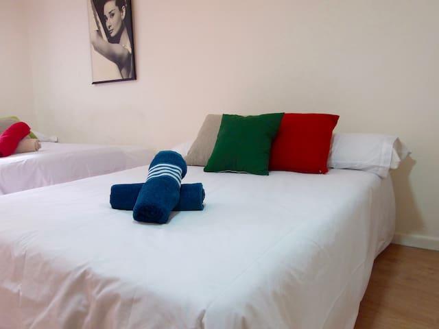 Very Nice and Big Bedroom walk to Las Ramblas