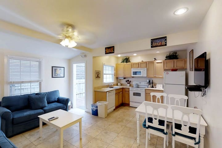 Cute condo w/ porch & Old Town location - walk to beaches & restaurants!
