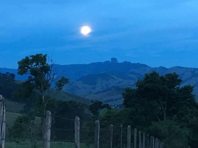 Estrada do Serrano com lua