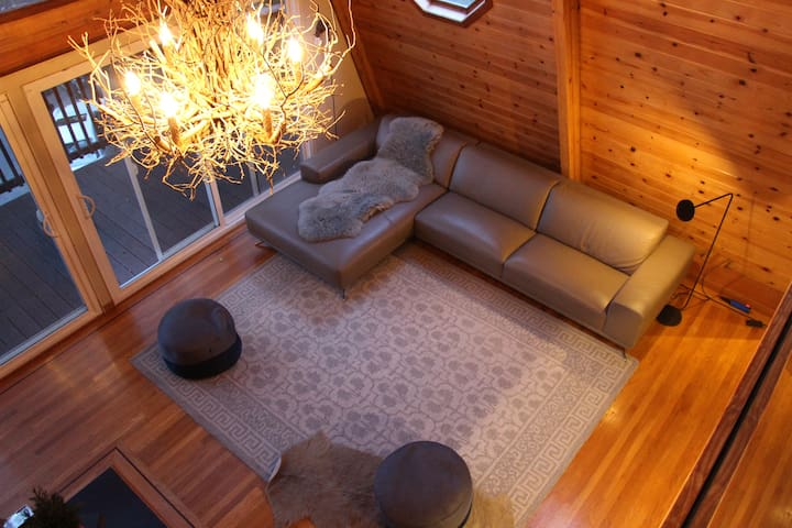 Amazing Cabin-Style 4 bdr House \w Deck & Hot Tub