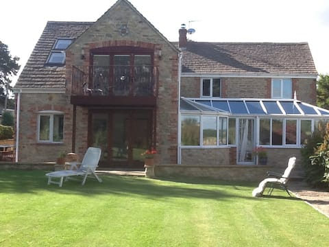 Immaculate ensuite double room in modern farmhouse