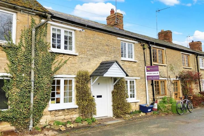 Cosy 18th Century cottage in beautiful countryside
