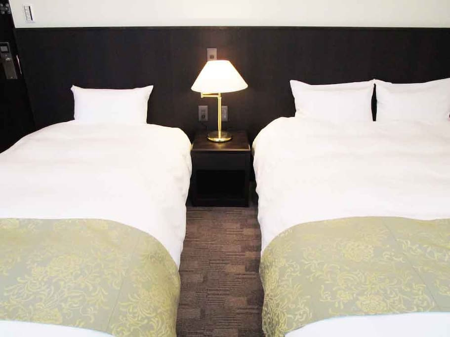 The queen-size bed and the single bed are there. Maximum for 3people.