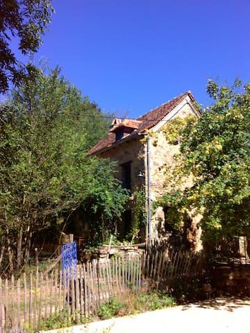 Ecogîte maisonnette à la ferme... - Maleville - 自然地形を利用した家