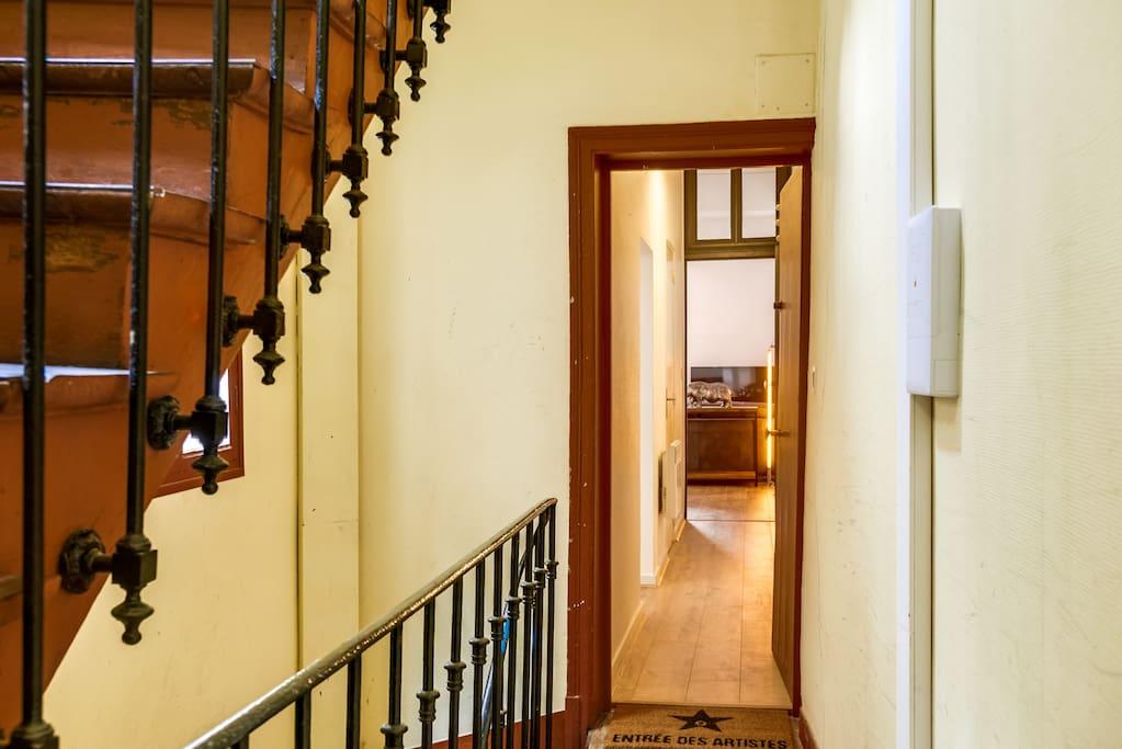 Entrée de l'appartement, situé au 1er étage