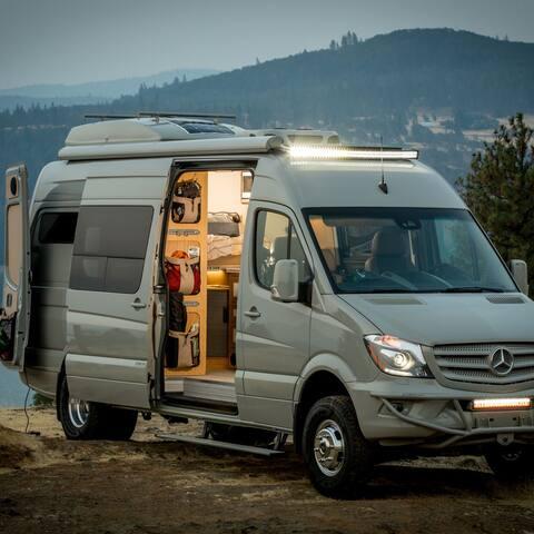 Lyxig Camper Van rustad för äventyr