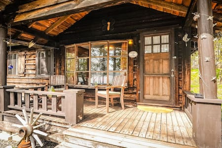Muskoka lakeside private sleeping cabin with porch - ハンツビル