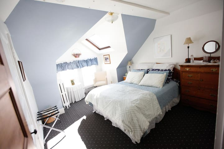A Village Bed and Breakfast - Queen Suite