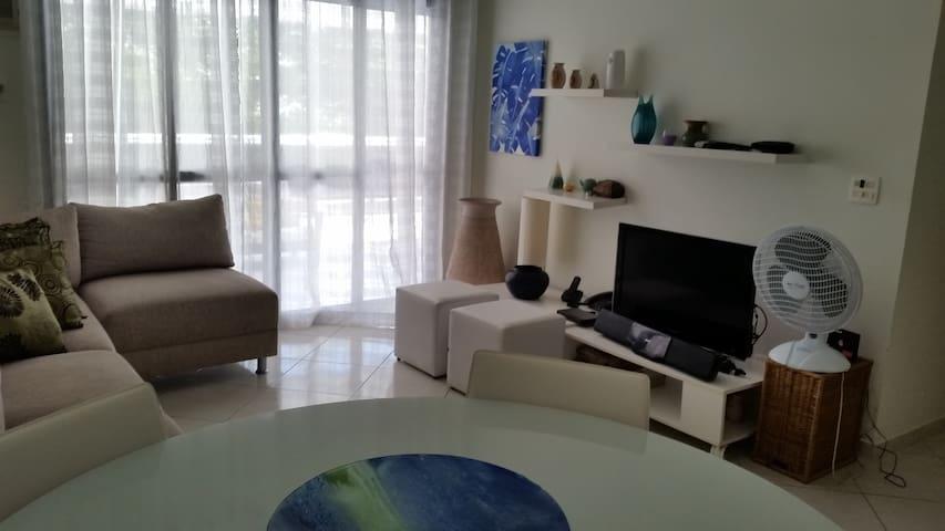 """Sala com televisão de LCD 32""""."""