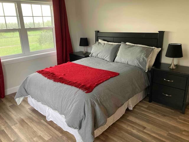 Chambre fermée avec lit double (54''). Beaucoup de luminosité et de rangement. Les rideaux sont opaques pour offrir plus d'intimité.