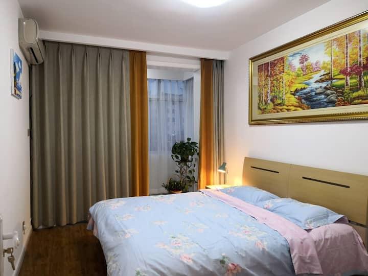 简素时光…市中心商圈70㎡独立公寓,距海边300米,生活便利,温馨舒适,入住人少可适当优惠。