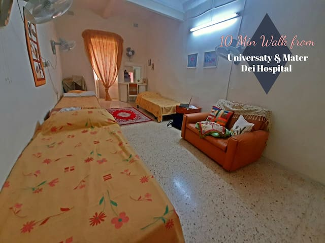 Large Shared room-Townhouse close to University.