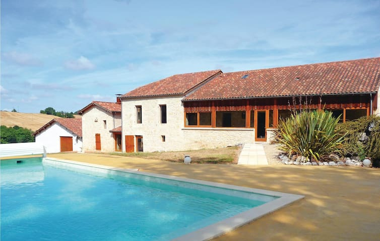 Holiday cottage with 6 bedrooms on 400 m² in Monpezat D'Agenais
