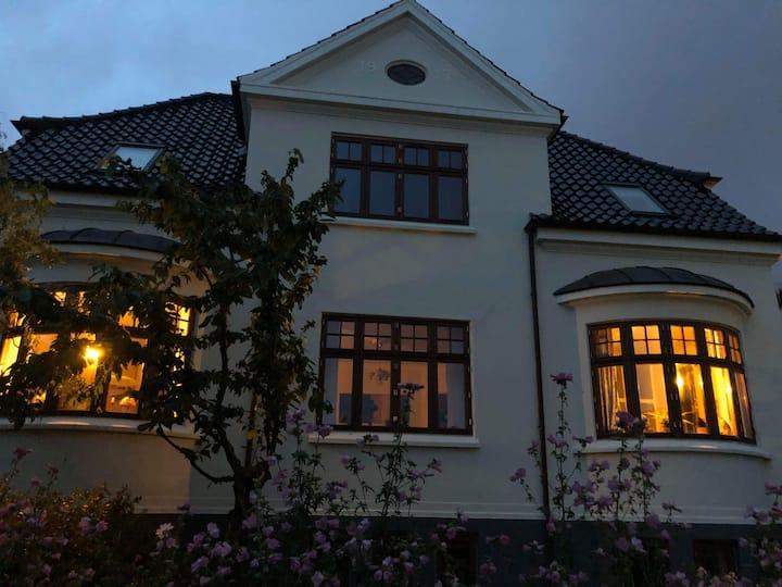 Stor villa på Trøjborg 1.5 km fra Centrum