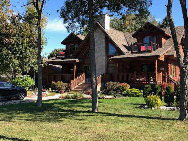Bed and Breakfast in Log Home with Lake View for 4