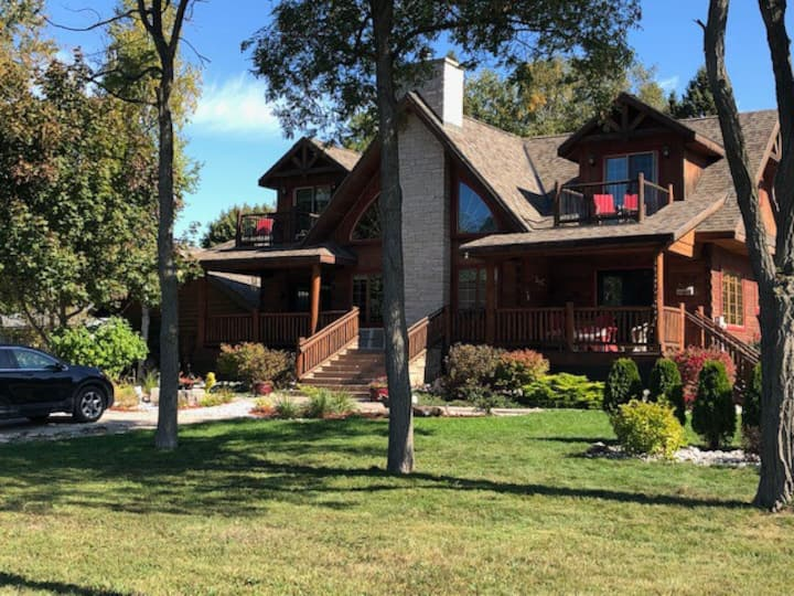 Bed & Breakfast  in Log Home with Lake View for 4
