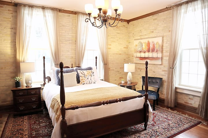 Charming Downtown Victorian: Studio
