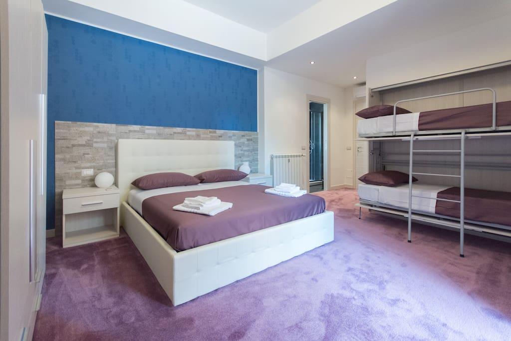 camera quadrupla con bagno privato e balcone
