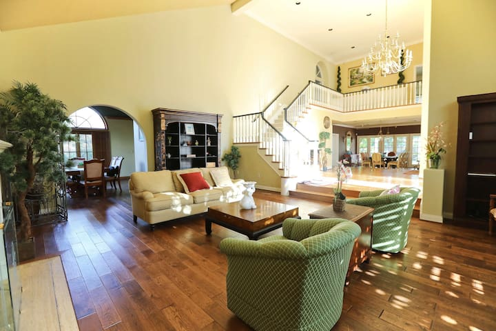 Stylish 4b3.5b House with Private Pool & Nice Yard
