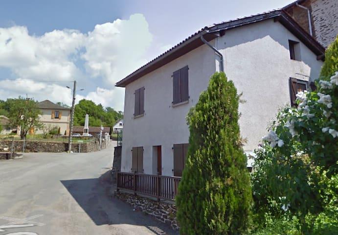 maison dans un petit village tranquille