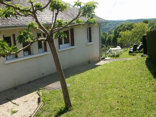Gîte avec vue sur la vallée de la Dordogne - Saint-Martial-Entraygues - Huis