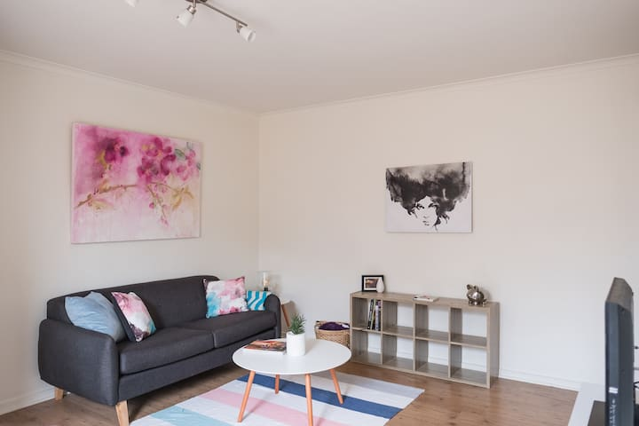 Cheerful 2 BR Apt 15 mins from CBD - West Footscray - Huoneisto