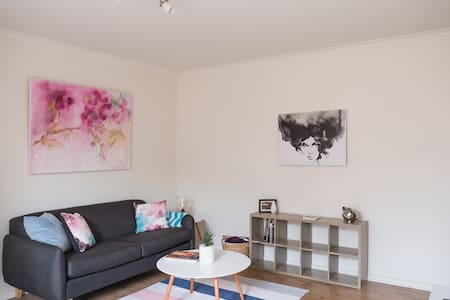 Cheerful 2 BR Apt 15 mins from CBD - West Footscray - อพาร์ทเมนท์