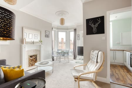 Bright One Bedroom West Glasgow Apartment