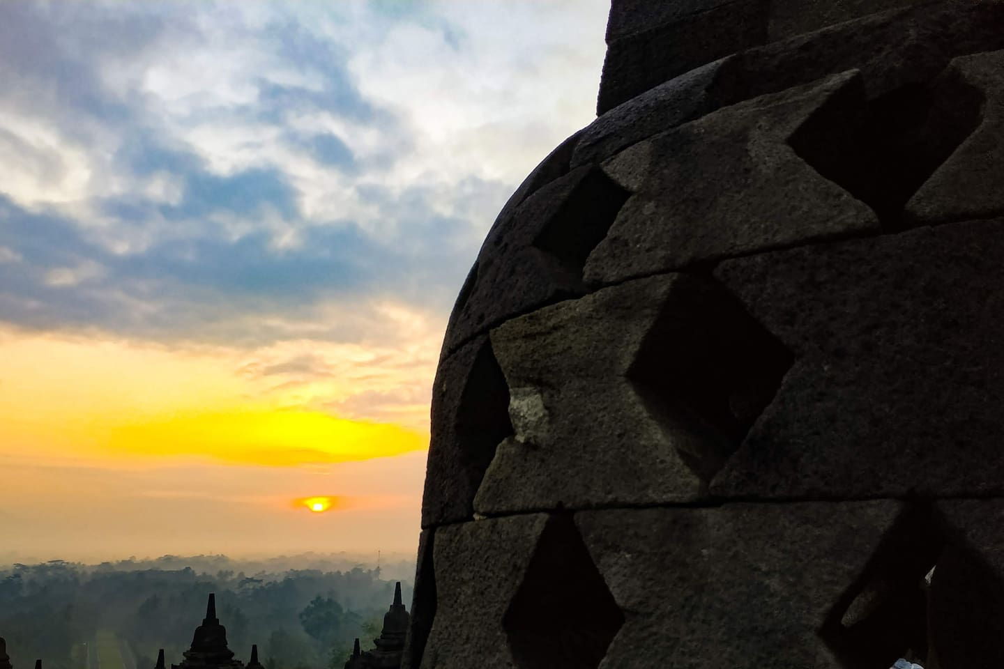 Borobudur Sunrise It's a few minutes walk to the entrance gate from Genthong Homestay.