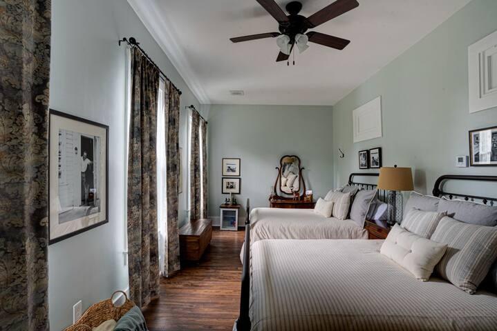 2 Queen Beds Historic Birch Lodge