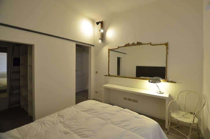 La camera da letto. è visibile l'ingresso della cabina armadio