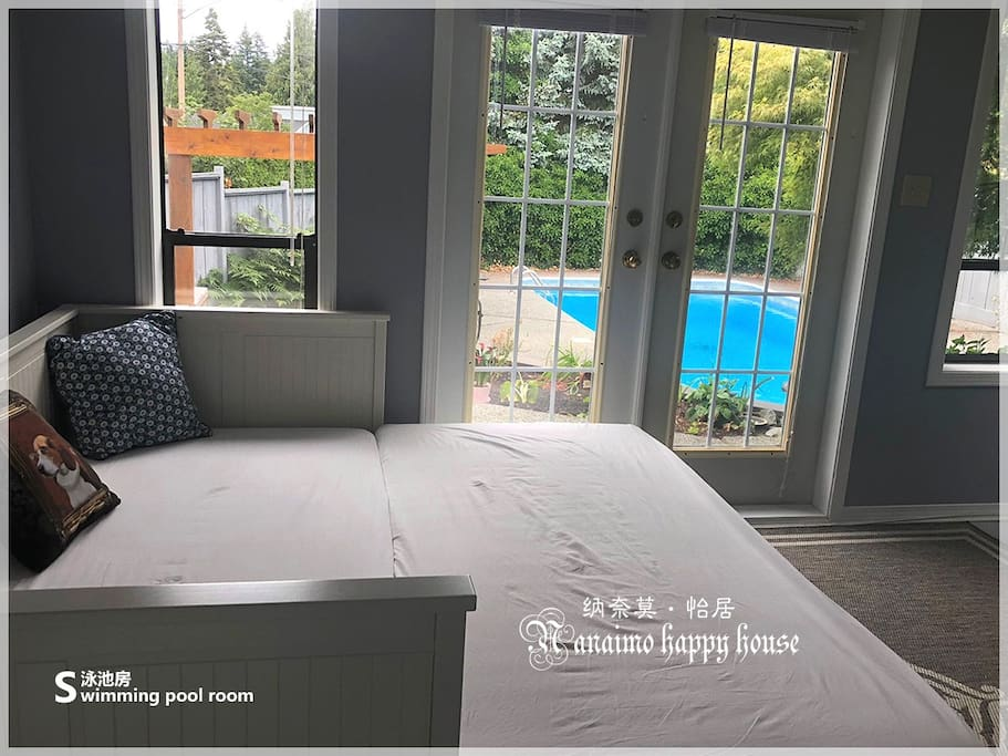 There have a sofa bed that can be pulled back into a king bed and is very comfortable. 有一张可以拉开成一张King床的沙发床,非常舒适