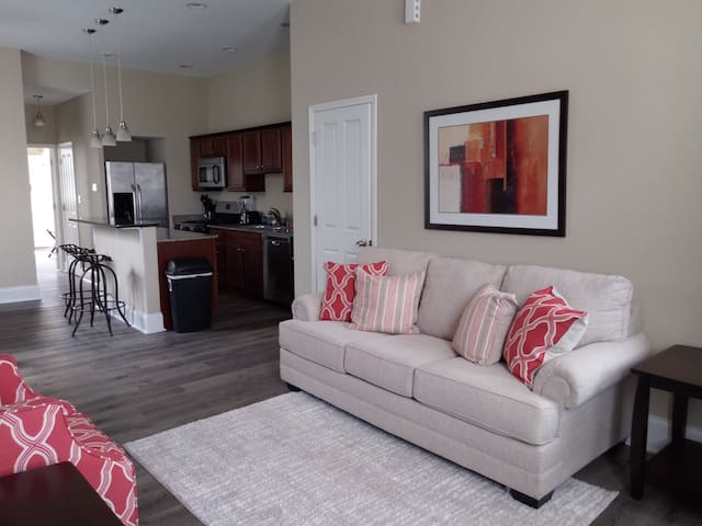 St. Louis Townhome-Perfect for Groups! Sleeps 13!