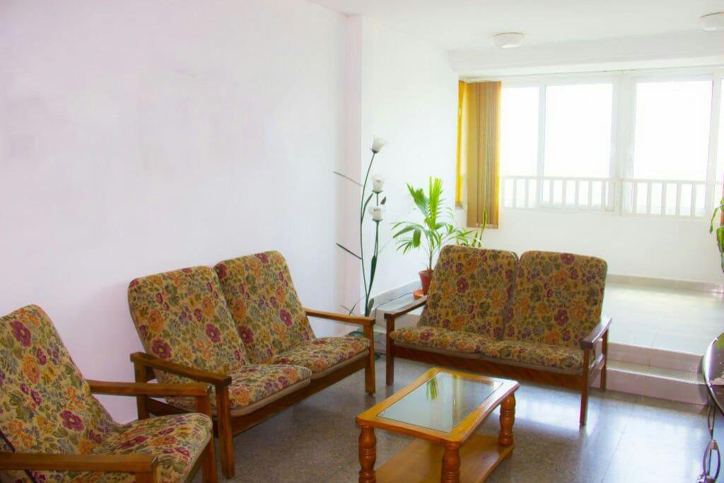 Sala del apartamento. Hay ventanas que permiten disfrutar de la brisa caribeña de La Habana.