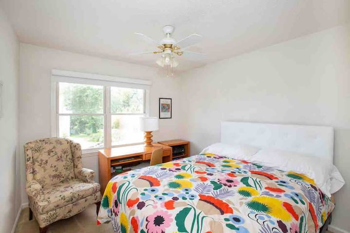 Sunny comfortable bedroom close to downtown CHS