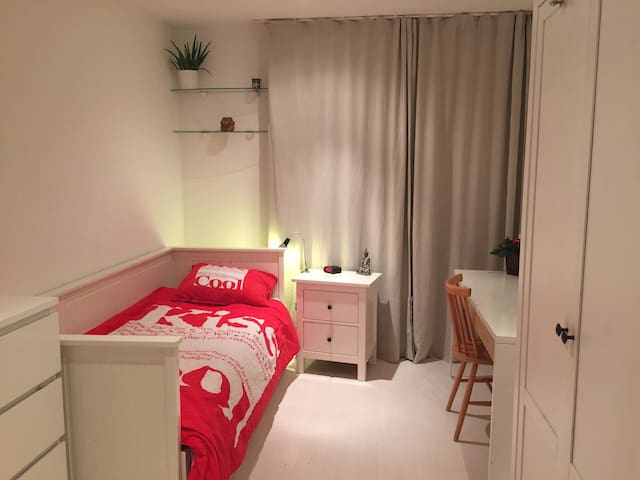 Very spacious private room near city and beach - Rijswijk - Wohnung