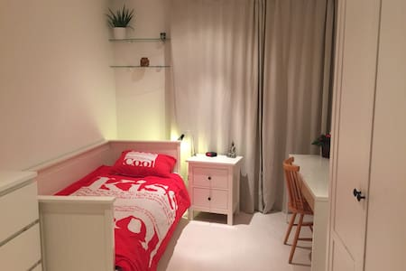 Very spacious private room near city and beach - Rijswijk - Flat