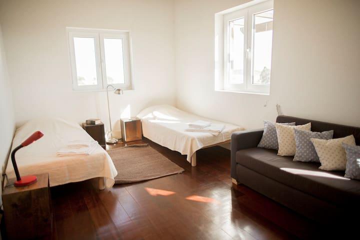 Quarto 3, duas camas de solteiro e um sofá cama/Bedroom 3, two single beds and one sofa