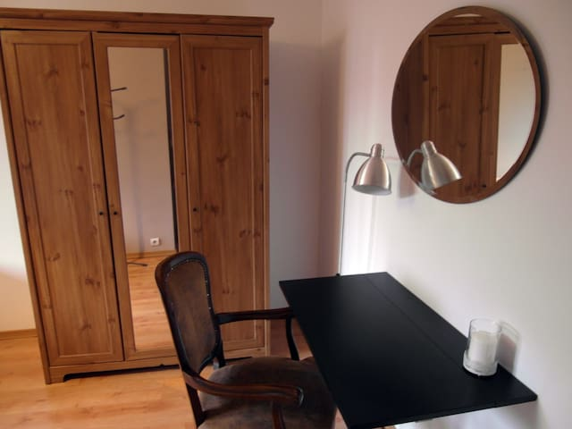 Cozy private room + FREE airport pick-up! - Baranowo - Byhus