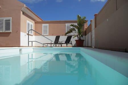 Villa Relax  piscina privada y wifi en Corralejo