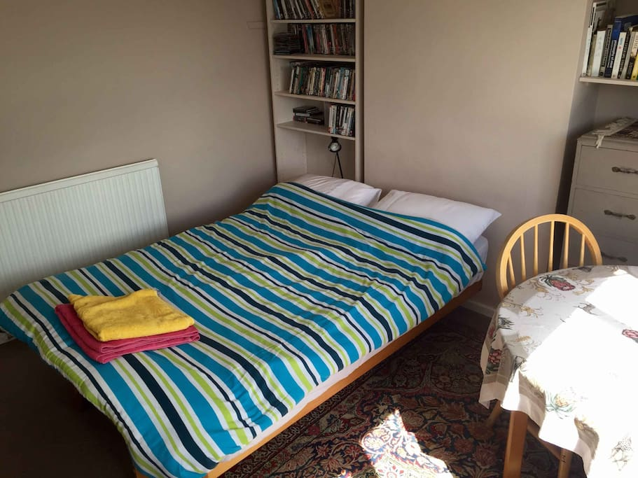 Double room with table and chair