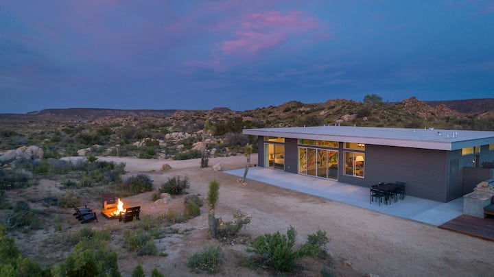 Trails End Modern - Modern Architecture With Hot Tub Amongst the Boulders