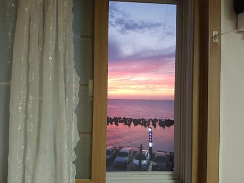 방에서 일몰을 볼수있는, beautiful sunset room. 깨끗하고 깔끔한 방.