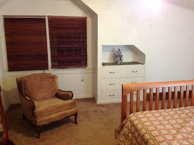 Large Cozy Very Private 2nd fl 2 1/2 rm Comfy Apt