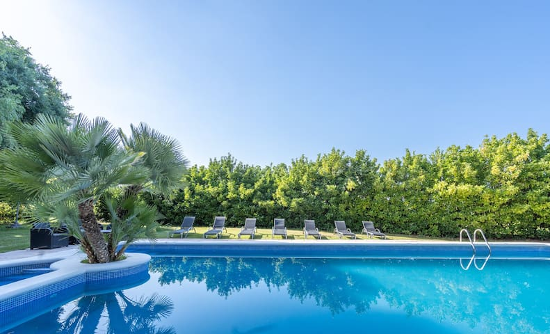 Lledoners-Stunning villa with pool and wine fields