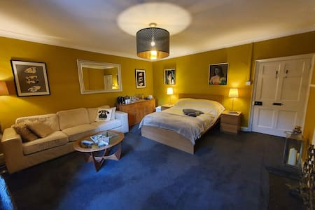 Spacious comfortable bedroom/lounge incl breakfast