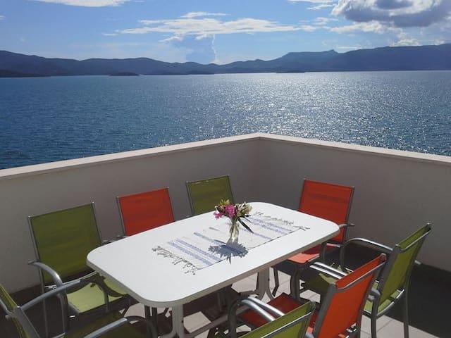 Appartamento con terrazza fronte mare e giardino - Komarna - Apartamento