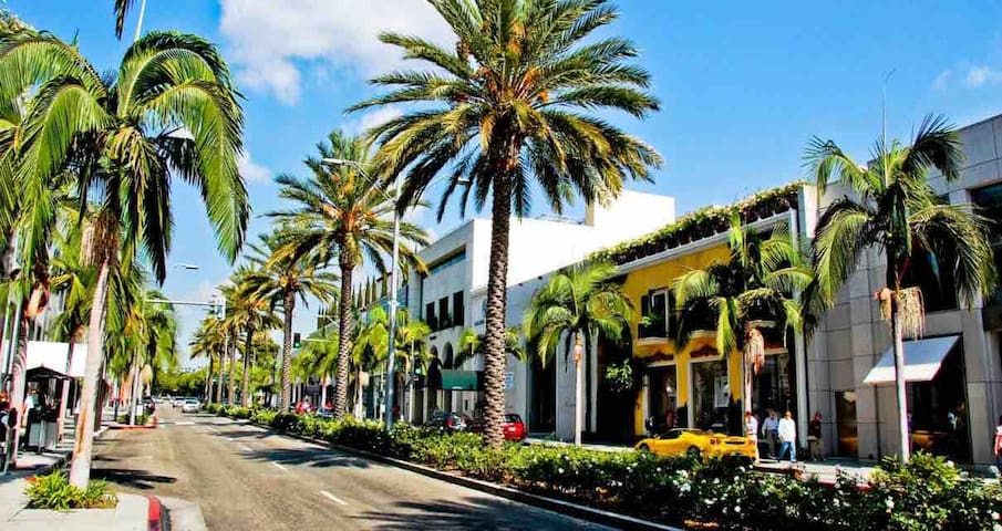 LOVELY BEVERLY HILLS LIVING NEXT TO FOUR SEASONS