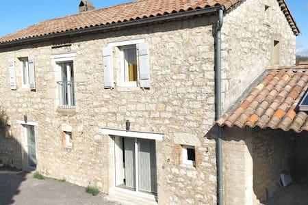 Gite typique et rénové, avec piscine, Ardèche